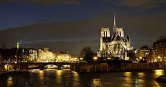 Classique prise de Notre-Dame (Thierry.Vaye) Tags: paris fuji notredame lanuit fleuve laseine xm1 poselongue