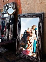 Marrakech - Piazza Jemaa El Fna (rosella sale) Tags: islam marocco marrakech donne colori velo specchio jemaaelfna riflesso specchi piazzajemaaelfna donnemusulmane rosellasale fotorosellasale