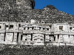 """Xunantunich: la face est du Castillo avec le Dieu de la Lune (langue) et Chaak, le Dieu de la pluie (visage) <a style=""""margin-left:10px; font-size:0.8em;"""" href=""""http://www.flickr.com/photos/127723101@N04/26133919391/"""" target=""""_blank"""">@flickr</a>"""