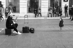 Private concert (Valentino Belloni) Tags: street blackandwhite music france child noiretblanc bordeaux streetphotography lovely musique