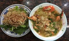 """Ho Chi Minh Ville: un """"pho"""" au crabe et aux crevettes pour Mister J <a style=""""margin-left:10px; font-size:0.8em;"""" href=""""http://www.flickr.com/photos/127723101@N04/24012197393/"""" target=""""_blank"""">@flickr</a>"""
