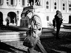 Heads up! (Fandango_1) Tags: street blackandwhite bw monochrome 35mm fix prime hungary budapest streetphotography fujifilm csc xf35 xt1
