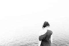Das weie Rauschen - The white noise (RevolTee) Tags: sea sky cliff white rot water girl hair coast blackwhite spain meer wasser hell himmel espana shore judith shoulder mdchen spanien kste garish haare lloretdemar weis klippe schulter schwarzweis grell schwarweis