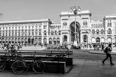Duomo di Milano (Antonio Zangh) Tags: street city bw milan bicycle strada milano duomo bicicletta byke bienne