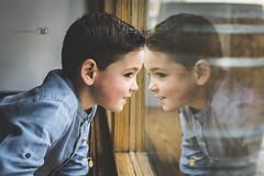De igual a igual... (LittleMuoz) Tags: boy color luz window children ventana 50mm reflex nikon 14 full frame reflejo nio reflejos dario formato completo d610 littlemuoz