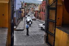 Calle de San Miguel de Allende (photocenter48) Tags: calle gente pueblo carros bandera verja polica