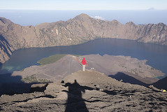 Above the crater - II (fr4nchito1) Tags: travel people mountain holiday water indonesia volcano asia hike persone crater independenceday acqua viaggi montagna vacanze vulcano cratere escursione