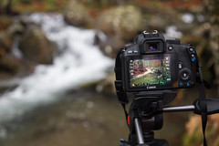 Behind the scenes (Alessandro Iaquinta) Tags: friends mountain canon eos waterfall adventure fotografia behindthescenes 24105 apsc 100d 5dmarkiii