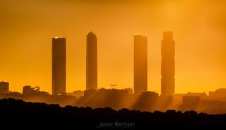 Amanecer, torres y avión