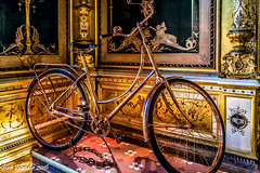 Her Majesty's bike (Gian Floridia) Tags: bike milano royal goldplated luxury reale majesty bicicletta lusso dorata palazzoturati