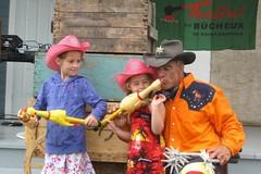 Spectacle acrobatique de Cowboy (Animation Concept) Tags: boy public cow humour western animation concept spectacle jongleur acrobatique amuseur