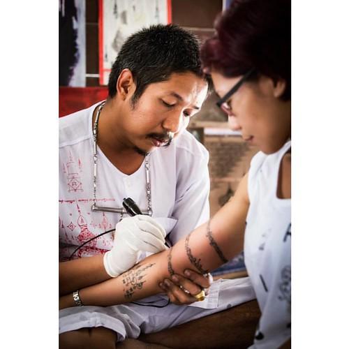 Ajarn Meuk making sak yant on the arm of a female follower  www.facebook.com/ajarnmeuk #orangemarcus #iam_orangemarcus #オレンジマーカス #thai #sakyant #ajarnmeuk #tattoo #tattoos #yantra #tattooart #sakyanttatoos #chaam #huahin #thaitattoo