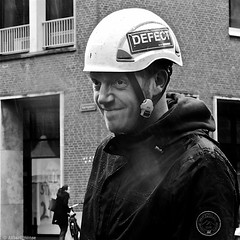 Defect (Akbar Simonse) Tags: street people bw man holland blancoynegro netherlands monochrome square zwartwit helmet nederland streetphotography denhaag bn haag defect thehague straat scaffolder vierkant lahaye sgravenhage agga straatfotografie dscn1731 steigerbouwer akbarsimonse