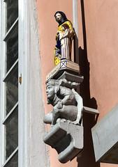 Quimper, place St-Corentin, faïencerie Henriot (Ytierny) Tags: france faïence saint statue vertical place bretagne ville bois enseigne quimper finistère socle corentin henriot cornouaille faïencerie ytierny