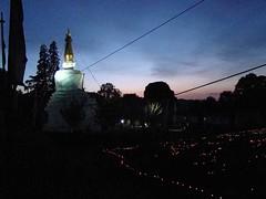 Stupa et illumination des pieux des fondations