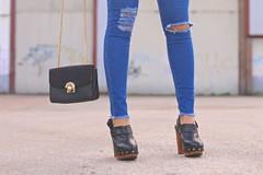 combinar-jeans-pitillo (pasoapasoblog) Tags: shirt clogs biker rippedjeans leatherjacket whiteshirt blusa zuecos skinnyjeans camisablanca jeansrotos redsunnies jeanspitillo cazadoracuero gafasdesolrojas