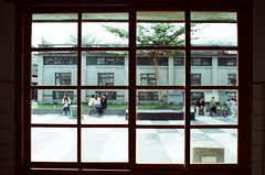 window (Philip@Tamsui) Tags: film window analog nikon kodak fe hualien nikonfe   250d kodak250d  kodakfilms  afnikkor35mmf20 kodakvision3250dcolornegativefilm5207