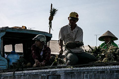 Floating Market (thierryhaphotosvoyages) Tags: voyage travel viaje fruit boat barco market floating can vietnam fruta pineapple bateau ananas march barque tho phong pia fruto dien flottant