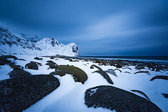 Unstad beach (Lukasz Lukomski) Tags: longexposure sea mountain snow beach water norway sunrise landscape island norge rocks europe surfing lofoten woda archipelago gra skay morze plaa sigma1020 unstad krajobraz norwegia wyspa snieg lofoty nikond7200 lukaszlukomski