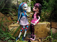 (Linayum) Tags: monster toy toys doll mh mattel muñeca ghoulia linayum monsterhigh draculaura ghouliayelps