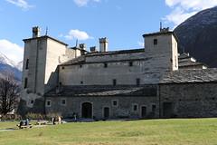 Castello di Issogne - Val d'Aosta (raffaele pagani) Tags: italy castle canon italia castello middleages renaissance maniero medioevo valledaosta rinascimento valdaosta northitaly norditalia issogne italiasettentrionale provinciadiaosta castellodiissogne issognecastle luigidichallant