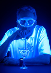 Radioactive Man (Repp1) Tags: blue portrait man goggles martini bleu blacklight radioactive glowing homme radioactif rayonnant lumirenoire lunettesdeprotection