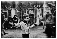 Infancia feliz (Felipe Crdenas-Tmara) Tags: juegos infancia fujineopan400 elmar9cm bogotcolombia leicam6085ttl felipecrdenastmara