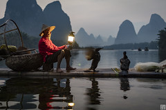 Gas Lamp 2 037A9883 (lycheng99) Tags: china red sky mountain motion mountains net birds river cormorants liriver wings fisherman dusk guilin bamboo gas gaslamp cormorant karst guangxi bambooraft xingping chinatravel líjiāng karstformation