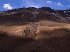 Ladera (Mauro Pesce) Tags: light brown luz shine valle olympus spotlight slope omd morales monumentonaturalelmorado cajondelmaipo ladera em5 valledemorales