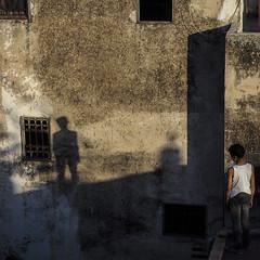 Mein Schatten im Licht (insider-fototour) Tags: sunset shadow rooftop wall licht child mainz schatten marokko fes lookingat fotoworkshop fotoreise insiderfototour carolaschmitt frauschmittfotografiert schmittfoto