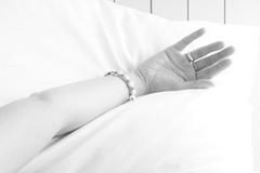 arm dran (StellaMarisHH) Tags: bw canon deutschland hand arm sigma sw highkey frau sigma18200 60d photoscape eiropa canoneos60d eos60d