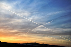 Voli pindarici (encantadissima) Tags: panorama tramonto nuvole sicilia controluce scie
