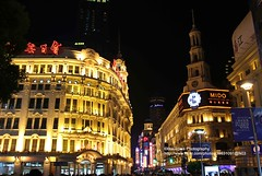 Shanghai, Nanjing Rd. at night (blauepics) Tags: china road city house building architecture night lights store shanghai nacht haus stadt architektur nanjing department gebude lichter sincere kaufhaus wingon schanghai