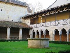 Abbaye de Flaran (Doonia31) Tags: architecture arches vert pierres arcades btiment moines pelouse tourisme abbaye colonnes religieux colombages moyenge gers puits haie clotre flaran croisillons