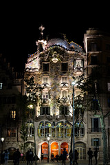 Casa Batllo (amoeboid) Tags: barcelona silhouette night casa spain gaudi casabatllo batllo fujifilmxt10