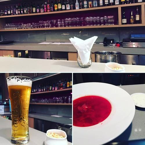 ようやくホテルに着いて、バーでビール飲んでボルシチをいただくの巻。今日のビール、6杯目かな。