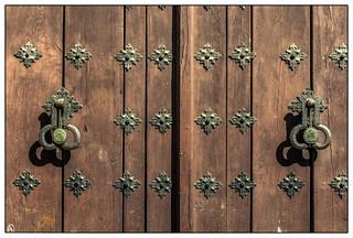 Puerta y aldabas