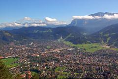 Garmisch-Partenkirchen - Blick von der Alpe Sankt Martin (1) (Pixelteufel) Tags: city panorama bayern bavaria urlaub alpen altstadt ferien freizeit tourismus garmischpartenkirchen erholung ortskern ortsmitte