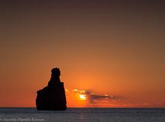 ES CAP BERNAT (VICENTE PLANELLS RAMON) Tags: sol de paz playa ibiza benirras puesta tambores
