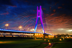 新北大橋日落 - New Taipei Bridge sunset (urbaguilera) Tags: park lighting new city travel bridge blue sunset sky color architecture clouds river landscape concrete monkey design twilight nikon long exposure riverside cloudy outdoor dusk steel horizon year chinese taiwan structure celebrations cables taipei 城市 日落 臺灣 建築 風景 紅色 恭喜發財 reinforced 新年快樂 河濱公園 danshui 淡水河 設計 2016 猴子 cablestayed 2011 云彩 高速公路 臺北 大橋 新春愉快 萬事如意 danielaguilera 猴年 新北市 urbaguilera 混泥土結構
