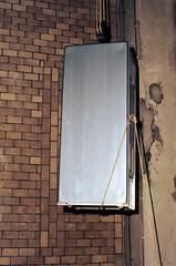 "De 19-inch kast gaat met mankracht naar boven • <a style=""font-size:0.8em;"" href=""http://www.flickr.com/photos/138153827@N08/24394167920/"" target=""_blank"">View on Flickr</a>"