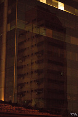 Foto Urbana - Reflexos (marcelobergamo) Tags: lighting city cidade brazil urban streets building brasil night reflections lights photo chaos foto photographer saopaulo towers wires caos noite urbana urbano lonely luzes fios reflexos fotografo ruas iluminao predios warmtones tonsquentes