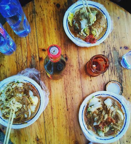 在 #韓師 西區門口食 #腸粉 ,我哥們兒說:這不是武漢熱幹面的醬澆上去的嘛,所以這是一道粵鄂菜。2333 #廣東 #潮州 #Teochew #Canton