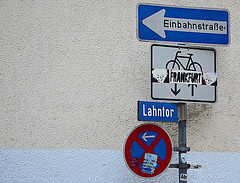 Orientierungshilfen (niedersachsenfoto) Tags: schild marburg wegweiser einbahnstrase niedersachsenfoto lahntor
