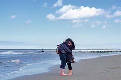 la mer à Kijkduin (Roel Wijnants) Tags: roelwijnants roelwijnantsfotografie roel1943 lameràkijkduin stel paartje personen verliefd liefde love chansondamour charlestrenet strand zee kijkduin pootjebaden wandelen dagjeuit dagjeweg tijdelijk