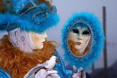 riverberi (judith.kuhn) Tags: spiegel blau hellblau venedig spiegelbild karneval maske kostm federn carnevaledivenezia