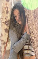 Entre dos arboles. (josemiirodriguez) Tags: verde primavera blanco pose hair persona gris eyes day arboles air alo moda style viento nia ojos mano entre estilo labios mirada marron pelo joven rebeca airelibre piel seleccionar