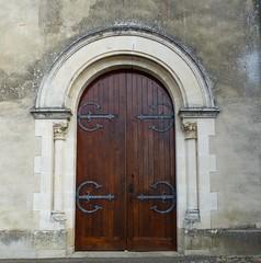 Saint-Yaguen, Landes: porte (ferme hlas) de l'glise Saint-Jacques-le-Majeur, inscrite aux Monuments historiques. (Marie-Hlne Cingal) Tags: door france puerta iron porta 40 tr fer landes sudouest aquitaine saintyaguen
