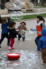 Bubbles and kids (just.Luc) Tags: barcelona children soap spain kinderen bubbles catalonia espana catalunya enfants espagne bulles spanje savon cataloni zeepbellen