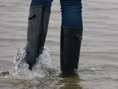 Wellies in motion (willi2qwert) Tags: beach water girl strand women wasser wave wellies rubberboots gummistiefel wellingtons gumboots nass rainboots regenstiefel